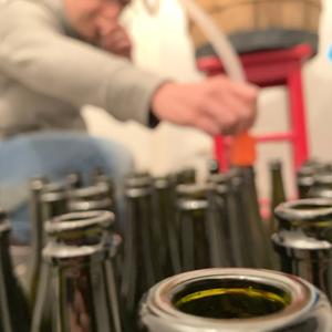 Al momento non abbiamo una vigna, ma quest'anno abbiamo sperimentato l'autoimbottigliamento del vino.